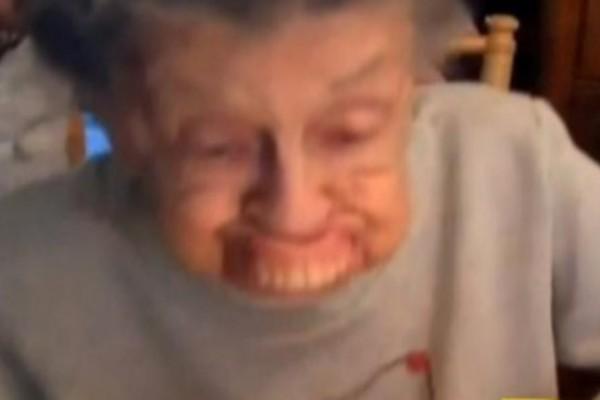 Γιαγιά 102 χρονών πάει να φυσήξει τα κεράκια όταν...Αυτό που συνέβη θα σας κάνει να δακρύσετε