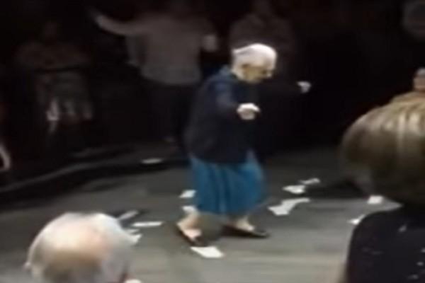 98χρονη γιαγιά χορεύει το καλύτερο ζεϊμπέκικο στο γάμο της εγγονής της (Video)