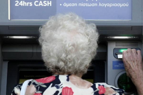 80χρονη γιαγιά πήγε στο ΑΤΜ για να βγάλει χρήματα - Λίγο μετά ξέσπασε σε κλάματα γιατί...