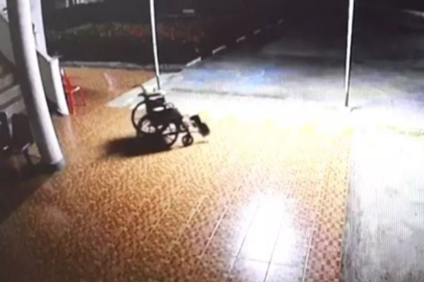Κάμερα ασφαλείας κατέγραψε αναπηρική καρέκλα νεκρού άνδρα να κινείται μόνη της - Θα σας ανατριχιάσει όταν το δείτε