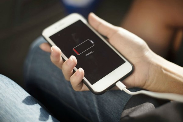 Το βασικό λάθος που καταστρέφει τη μπαταρία του κινητού σου