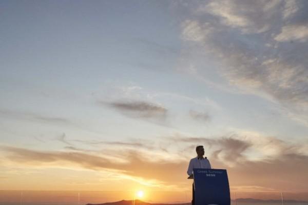 Το μαγευτικό ηλιοβασίλεμα της Σαντορίνης