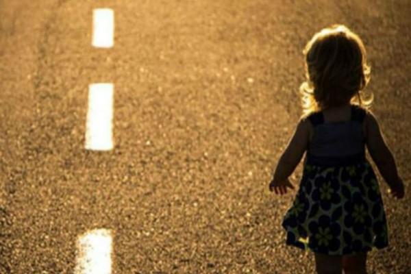 Οδηγός είδε ένα 5χρονο κορίτσι καλυμμένο στα αίματα να του κάνει σήμα να σταματήσει - Όταν πλησίασε όμως...