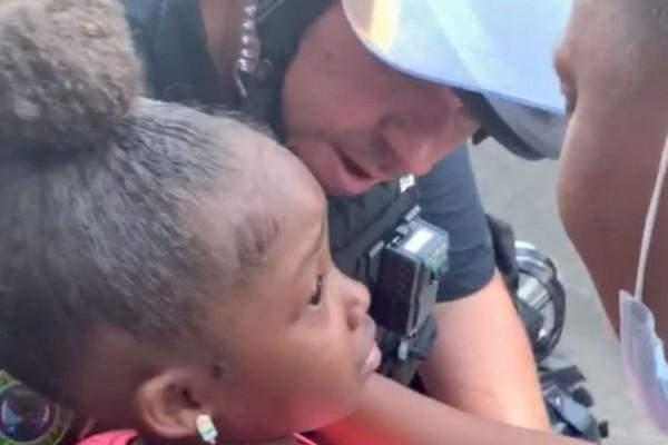 «Θα μας πυροβολήσεις;»: 5χρονο κοριτσάκι ρωτάει αστυνομικό με τον ίδιο να... Συγκλονιστικό βίντεο