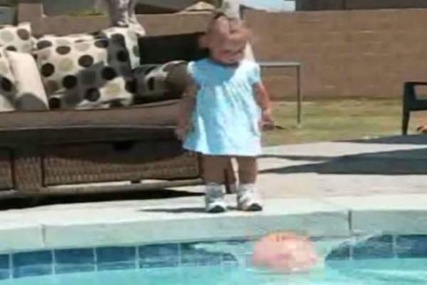Κoριτσάκι έριξε μια μπάλα σε μια πισίνα - Αυτό που ακολούθησε θα σας σοκάρει... (Video)