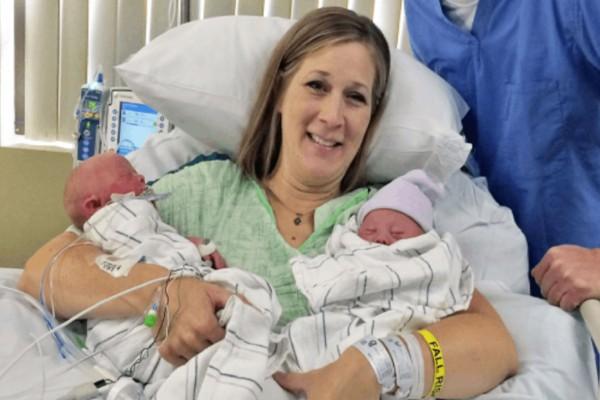 Μητέρα βλέπει τα νεογέννητα δίδυμα και είναι ευτυχισμένη, αλλά τότε ο γιατρός της λέει... «λυπάμαι» (photo)