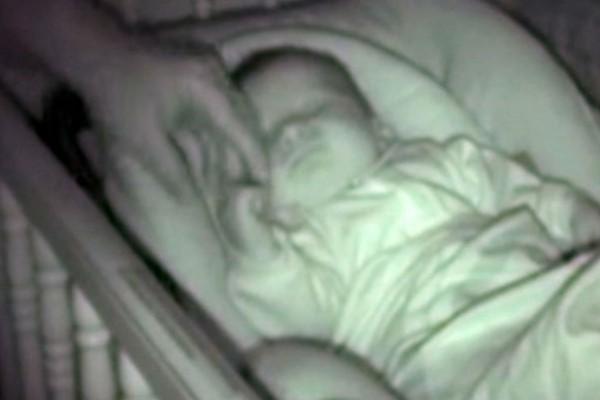 Πατέρας βάζει το κρύο χέρι του βρέφους κάτω από την κουβέρτα, όμως... μην πάρετε τα μάτια σας από το άλλο χέρι του μωρού (Video)