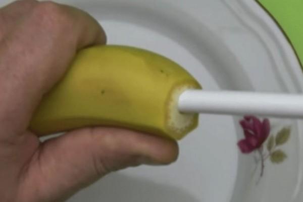 Έκοψε το πάνω μέρος της μπανάνας και πέρασε ένα καλαμάκι - Θα μείνετε άφωνοι με το αποτέλεσμα