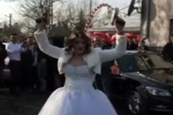 Νύφη αγρίεψε και έβγαλε τα όπλα στο γάμο της - Δεν πάει το μυαλό σας στον λόγο