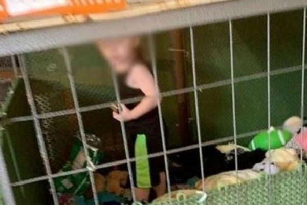 Φρίκη: 18 μηνών παιδί βρέθηκε κλειδωμένο σε κλουβί μαζί με ποντίκια και φίδια