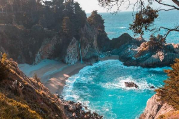50 λεπτά από την Αθήνα: Μια άγνωστη παραλία με τυρκουάζ νερά