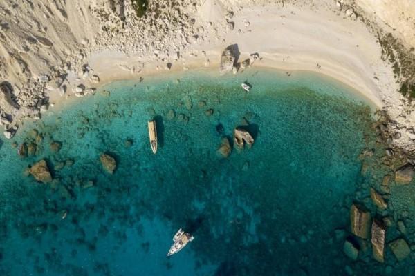 Χωρίς αυτοκίνητα και πολυκοσμία: Το ελληνικό νησί με τις κρυστάλλινες παραλίες που θα κάνεις μπάνιο μόνος σου