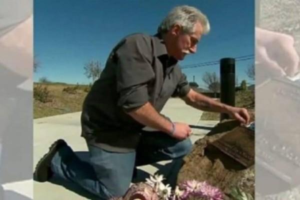 Μπαμπάς μυστικά τοποθετεί μνημείο για τον γιο του, 13 χρόνια μετά, μαθαίνει κάτι συγκλονιστικό!
