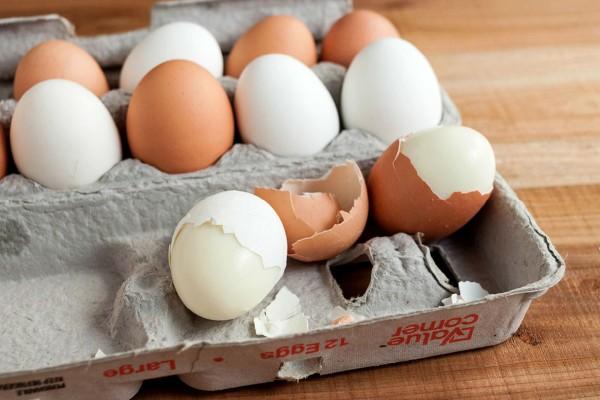 Το απίστευτο τρικ για να ξεφλουδίσετε τα αυγά σας με 2 κινήσεις