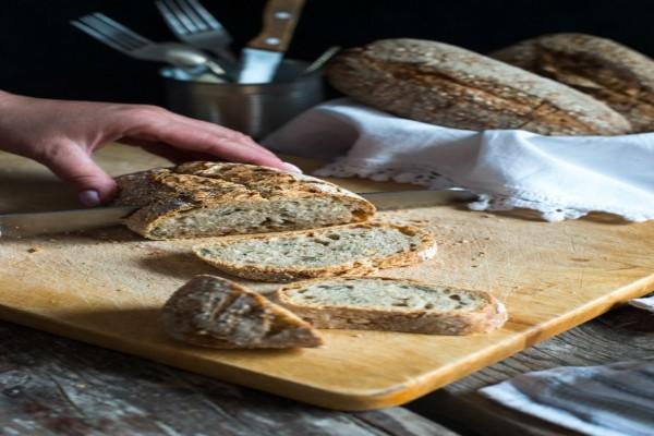 Το μυστικό που θα κάνει το μπαγιάτικο ψωμί σας να μοιάζει σαν να βγήκε μόλις από το φούρνο