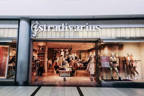 Stradivarius: Το ψηλόμεσο τζιν που θα σε κάνει το απόλυτο fashion icon σε τιμή