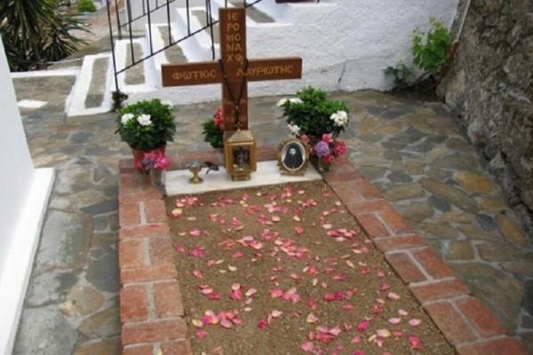Η ευωδιά που έρχεται από αυτόν τον τάφο είναι εξωπραγματική - Δεν φαντάζεστε σε ποιον ανήκει