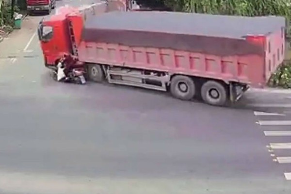 Σοκαριστικό τροχαίο: Φορτηγό παρέσυρε γυναίκα (Video)