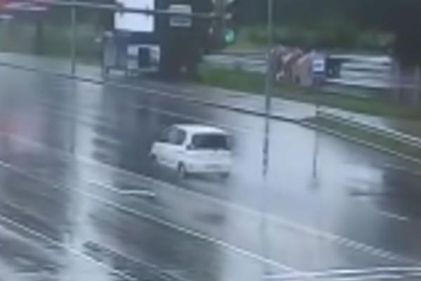 Τρομακτικό τροχαίο: 3χρονο παιδί εκσφενδονίστηκε στο δρόμο (Video)