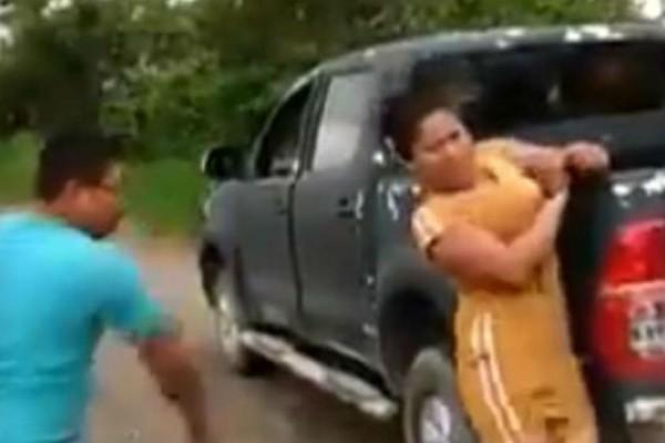 Κτηνωδία: Μέλη συμμορίας δένουν γυναίκες και τις χτυπούν με μαστίγιο - Ανατριχιάζουν τα ουρλιαχτά τους (Video)