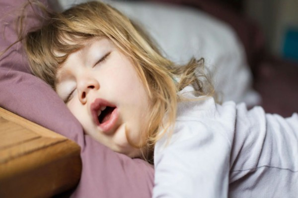 Είδε το παιδί της να κοιμάται με αυτόν τον τρόπο - Αυτό που ανακάλυψε την έκανε να