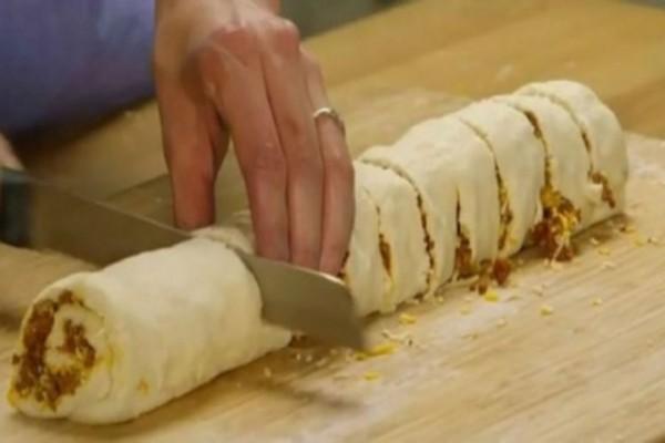Γέμισε τη ζύμη με κιμά και την έκοψε σε ροδέλες - Πανδαισία γεύσεων