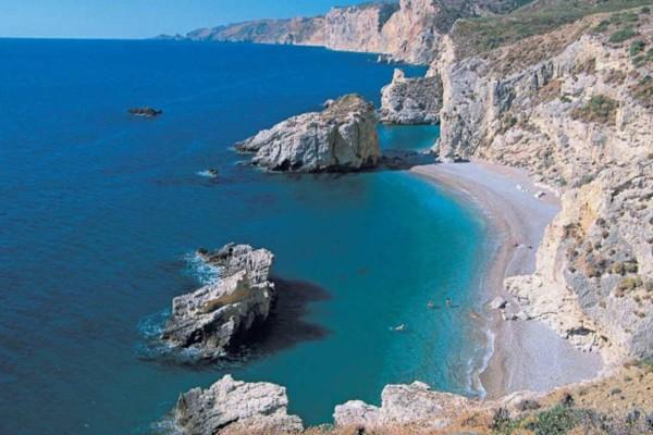 Παραδεισένιο: Το ελληνικό νησί με την παραλία που διαθέτει 124 σκαλοπάτια!