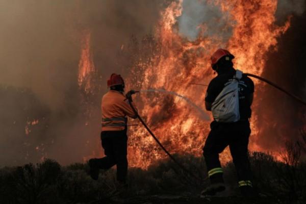 Σκηνές «κόλασης» από την φωτιά στην Κορινθία: Εκκενώνεται και άλλος οικισμός λόγω της πυρκαγιάς (photo-video)