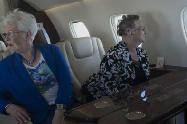74χρονες γιαγιάδες μπαίνουν για πρώτη φορά σε αεροπλάνο - Λίγη ώρα μετά νιώθουν...