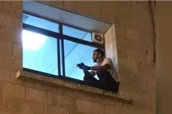 «Αντίο μαμά»: Ανέβηκε στο παράθυρο του νοσοκομείου για να αποχαιρετήσει τη μητέρα του