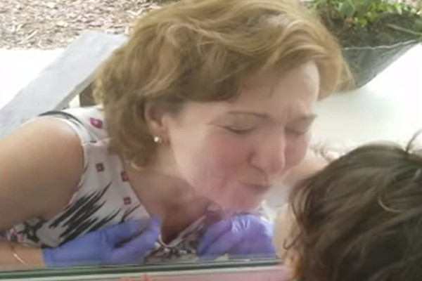 70χρονη γιαγιά φιλάει την 2χρονη εγγονή της πίσω από το τζάμι - Δευτερόλεπτα μετά λυγίζει