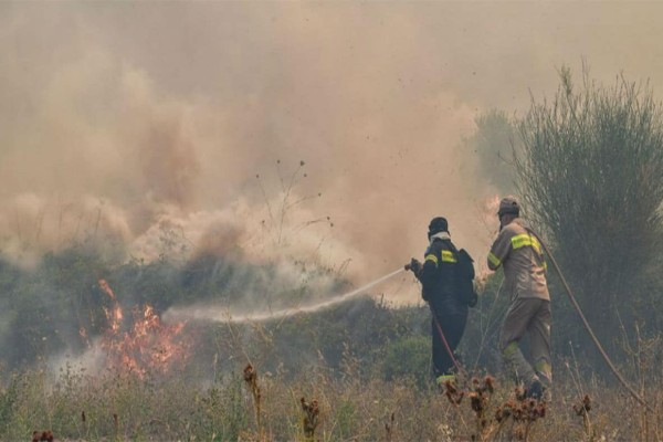 Συναγερμός στους Αγίους Θεοδώρους: Ισχυρή φωτιά σε εξέλιξη