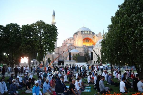 Live μετάδοση από την Πόλη: Τζαμί η Αγία Σοφιά - Γέμισε με Τούρκους η Μεγάλη Εκκλησία