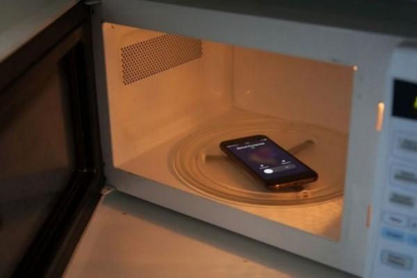 Τι θα συμβεί αν βάλεις το κινητό σου στον φούρνο μικροκυμάτων και το καλέσεις;
