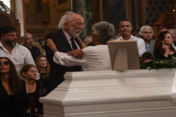 Ζωή Λάσκαρη: Ποια είναι η γυναίκα που δεν πήγε στην κηδεία της;
