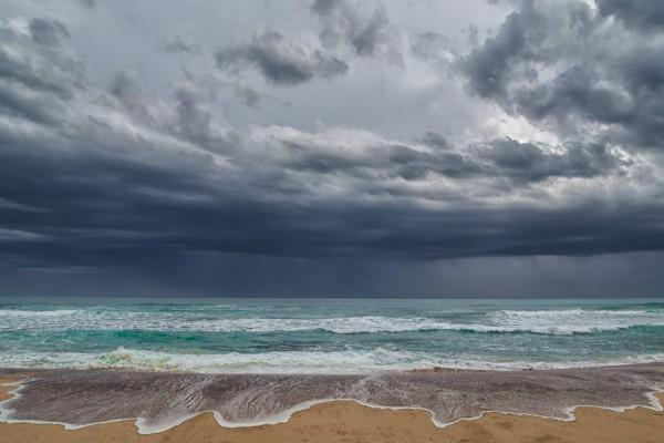 Καιρός σήμερα: Ζέστη και βροχές - Πού αναμένονται έντονα φαινόμενα;