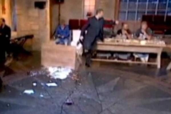 Γέλασαν και οι πέτρες: Σηκώθηκε να χορέψει ζεϊμπέκικο στον Σπύρο Παπαδόπουλο και μας έπιασαν τα γέλια!
