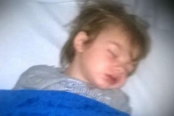 3χρονο αγοράκι ήταν ξαπλωμένο και κοίταζε τους γονείς του - Τότε συνειδητοποίησαν την φριχτή αλήθεια...