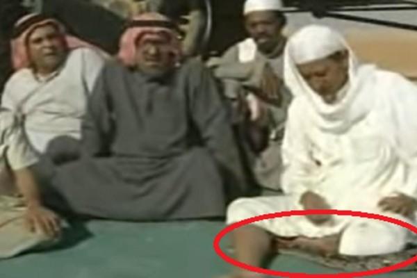 Άραβας είδε φίδι να περνάει μέσα από τα πόδια του... Δείτε τι έκανε (Video)
