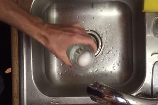 Έβαλε ένα βραστό αυγό μέσα σε ένα ποτήρι - Θα σας λύσει τα χέρια αυτό το κόλπο