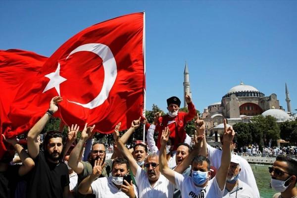 Σάλεψαν οι Τούρκοι μετά το show στην Αγία Σοφιά: