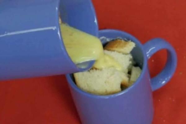 Ρίχνει αυγό και κανέλα σε μια κούπα γεμάτη ψωμί - 3 λεπτά αργότερα γίνεται το απίστευτο