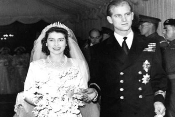 73 χρόνια μπροστά η Βασίλισσα Ελισάβετ: Το φόρεμα που έδειξε πως κυριαρχεί ακόμη στο Buckingham