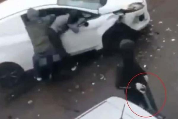 «Συμμορία» επιτέθηκε σε 27χρονο οδηγό και τον μαχαίρωσε με...τσουγκράνα (Video)