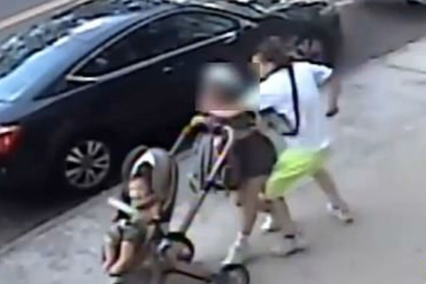 21χρονη περπατούσε στο δρόμο με το μωρό της και της επιτέθηκε ο πρώην της  -Προσπάθησε να την πνίξει και τη μαχαίρωσε (Video)
