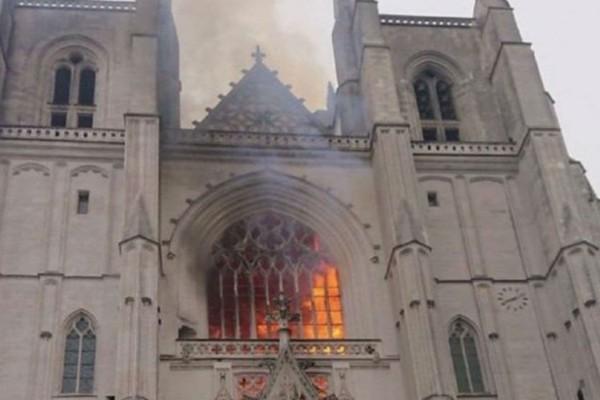 Γαλλία: Μεγάλη φωτιά στον καθεδρικό ναό στη Νάντη (Video)