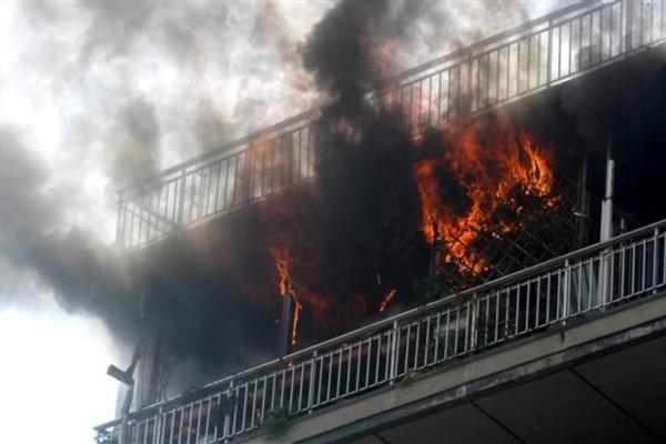 Φωτιά στα Σπάτα: Απεγκλώβισαν τραυματισμένη γυναίκα