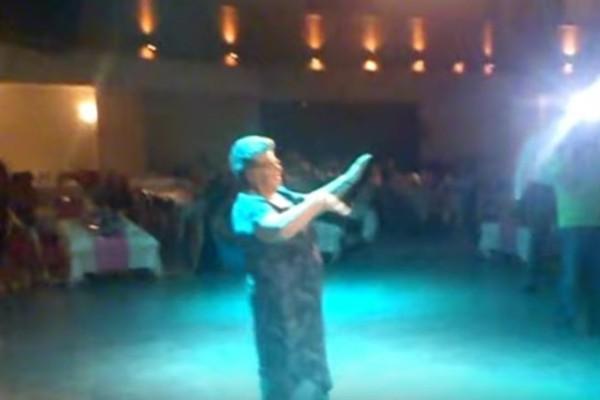 Το τσιφτετέλι της γιαγιάς σε γάμο - Τρέλανε τους πάντες με τον χορό της