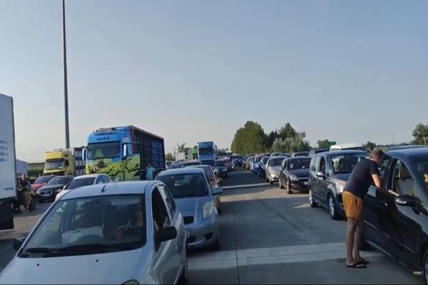 Αδιανόητο: Πήγαινε στο αντίθετο ρεύμα και... μπλόκαρε την κυκλοφορία στην Εθνική οδό