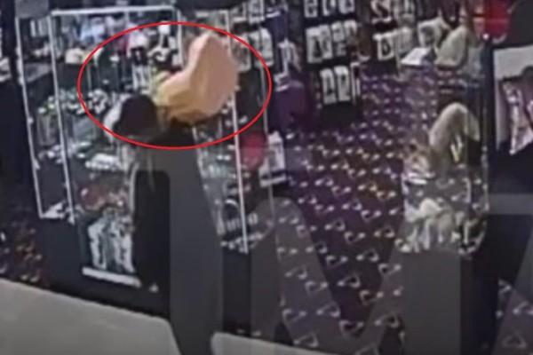 Απίστευτο: Άνδρας μπήκε σε s@x shop και έκλεψε δονητή 18 κιλών! (Video)